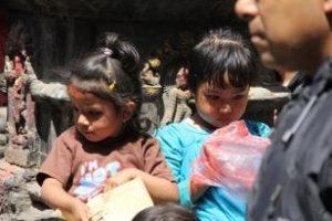 """Annapurnasta Himalajalta. Tyttölapset ovat 'tyrkyllä' Nepalissa. Huomaathan t-paidan tekstin: """"Olen kuuma pakkaus!"""""""